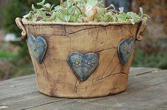 velký  květináč-modrá srdíčka-na obj Hand Built Pottery, Slab Pottery, Ceramic Pottery, Pottery Art, Cement Art, Cement Crafts, Clay Flower Pots, Pottery Animals, Clay Design