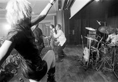 セックス・ピストルズのステージで踊るヴィヴィアン・ウエストウッド、1976年 Vivienne Westwood dancing on stage during a Sex Pistols gig, 1976