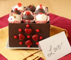 Chocolate truffles inside an edible chocolate box?! We're into this delicious DIY. Wouldn't this make for a good V-day gift? Putting in effort is the best gift!