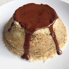 Avec des flocons d'avoine mixés, de la poudre d'amande et du chocolat, ce bowlcake gourmand et moelleux est parfait pour le petit-déjeuner !