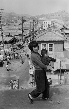 Fascinating Black and White Photographs That Capture Everyday Life in Seoul After the Korean War