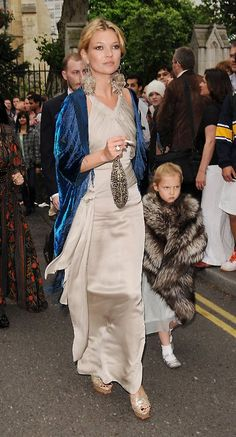 Kate Moss and her daughter Lila Grace leaving Ron Wood's daughter's wedding, June 2008 I love this picture. It is pure decadence, the kind that doesn't even seem possible today, and is exactly why I love Kate Moss. Kaftan, Kate Moss Stil, Lila Moss, Lila Grace Moss, Queen Kate, Stephanie Seymour, Carla Bruni, Looks Chic, Linda Evangelista
