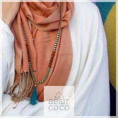 Foulard en soie et collier en turquoise, bronze et graines de rudraksha Aesir Coco.