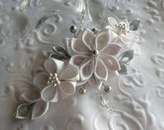 Pinza de pelo  Este pelo con estilo, elegante pieza ofrece una hermosa flor hecha a mano azul cobalto o azul real Kanzashi acentuada con bicono de cristal y perlas. Las flores se hacen del satén y la cinta.  Medidas 2,50 pulgadas a través y la longitud es de 5 pulgadas aproximadamente.  Se monta en un 2,25 pulgadas largo, metálico, pinza con dientes.  Perfecto para una boda o cualquier especial ocasión. Órdenes de encargo están disponibles.  Visite mi tienda en las www.etsy.com/shop&#x2F...