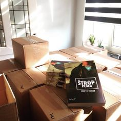 Auteur Koen Romeijn heeft zijn voorraad binnen.  Zijn nieuwe en eerste boek 'De Strop Ploeg'. #destropploeg #koenromeijn #futurouitgevers #scifi