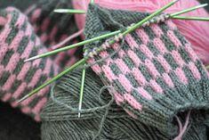 Knitting Socks, Knitted Hats, Knit Crochet, Knitting Patterns, Slippers, Socks, Knit Stitches, Fingerless Gloves, Wrist Warmers
