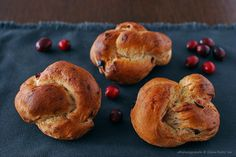 Cinnamon knots with cranberries