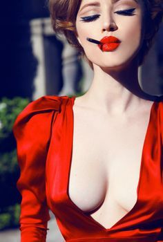 I'm a 26 years old french lady who has a thing for beauty, vintage fashion, classic hollywood glamour & green living. Red Lip Makeup, Hair Makeup, Nice Makeup, Perfect Makeup, Makeup Ideas, Pinup, Moda Pin Up, White Photography, Fashion Photography