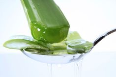Aloe vera gel for hair can fight dandruff, dermatitis and itchy scalp, balance hair pH and boost hair growth. Learn 3 ways to use aloe vera gel for hair here. Aloe Vera Gel, Aloe Vera For Skin, Aloe Vera Skin Care, Gel Aloe, Home Remedies, Natural Remedies, How To Cure Pimples, How To Get Rid Of Acne, Radiant Skin