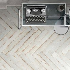 Silo Wood by Vallelunga is an expression of porcelain stoneware with aged wood effect, made unique by the signs of aging. Tiles Direct, Kitchen And Bath Remodeling, Wood Look Tile, Aging Wood, Contemporary Design, Stoneware, Porcelain Tiles, Bathrooms, Signs