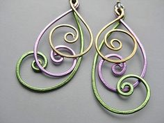 Swirly earrings using different colors of wire