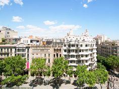 #BeautifulViews of #PasseigdeGràcia #AtipikaBarcelona #realestate #inmobiliaria #LaPedrera #sunny #architecture #arquitectura #building #edificio Louvre, Real Estate, Mansions, House Styles, Building, Travel, Home Decor, Buildings, Facades