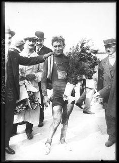 1913 27/7 rit 15 Paris/Vélodrome du Parc des Princes > Philippe Thys, entouré de spectateurs, remporte Le Tour 1913