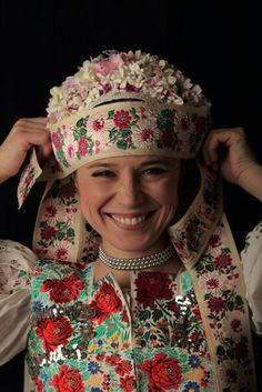 Smiles From Around The World Worlds Beautiful Women, Beautiful People, Bratislava, Costumes Around The World, Ethnic Dress, Folk Costume, Ethnic Fashion, Beautiful Patterns, Traditional Outfits