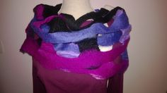 Vilten rastersjaal van merino en corriedale wol in fucia/blauw/wolwit/zwart. Op verschillende manieren draagbaar.