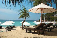 Surin Beach, Phuket - kaukainen paratiisi | Let's go! | www.tjareborg.fi The Beach, Varanasi, Where The Heart Is, Phuket, Outdoor Furniture, Outdoor Decor, Sun Lounger, Fairy Tales, Patio