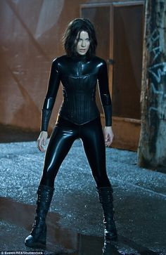 """Kate Beckinsale: """"I eat more in catsuit mode"""" - Gorgeous Kate Beckinsale doesn't want to look skinny and frail when filming Underworld, where her character wears latex bodysuits. Underworld Selene, Underworld Movies, Underworld Vampire, Underworld Kate Beckinsale, English Actresses, Actors & Actresses, Actrices Sexy, Celebs, Celebrities"""