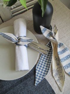 Make to compliment your dishes Sewing Hacks, Sewing Projects, Wood Napkin Holder, Napkin Folding, Diy Rings, Diy Ribbon, Sewing Studio, Deco Table, Cloth Napkins