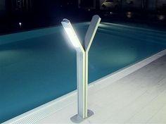A bordo piscina, di notte.  Poolside, by night