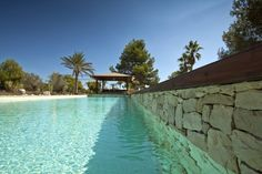 Piscina de gresite crema y agua turquesa / Swimming pool with cream gresite and turquoise water