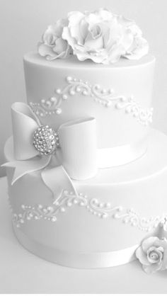 See more about white wedding cakes, wedding cake roses and wedding cakes. Wedding Cake Roses, Wedding Cakes With Cupcakes, White Wedding Cakes, Beautiful Wedding Cakes, Gorgeous Cakes, Pretty Cakes, Cupcake Cakes, Bling Wedding, Wedding Flowers