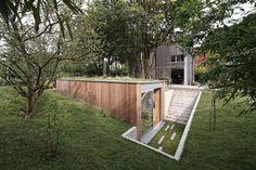 """Já imaginou como seria trabalhar no seu próprio jardim? Pam e Jenny precisavam de um espaço de trabalho home office que fosse funcional e não ocupasse totalmente a área de quintal de sua residência. Contrataram os arquitetos  para projetar seu """"estúdio em casa"""" em Bruxelas na Bélgica."""