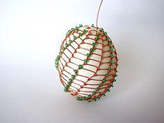 Velikonoční drátovaná vajíčka | Korálky.stoklasa.cz Hanging Chair, Dream Catcher, Ornaments, Crafts, Craft Ideas, Home Decor, Wire, Art, Eggs