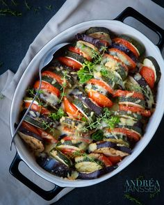 Roasted vegetable casserole, deliciously flavored with Italian herbs, oil and cheese. Baked in the oven so that all the aromas and flavors blend well. A top recipe for Christmas. Carrot Recipes, Top Recipes, Healthy Recipes, Healthy Foods, Vegetarian Recipes, Roasted Vegetable Recipes, Baked Vegetables, Veggies, Roll Eat