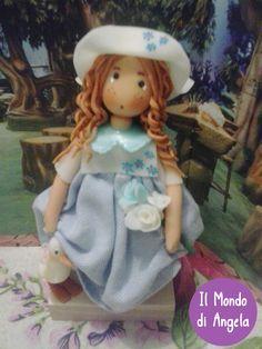 """Bambola della serie """"Le campagnole"""". Lunghi capelli rossi, lentiggini, un grande cappello…..e la sua papera preferita a tenerle compagnia."""