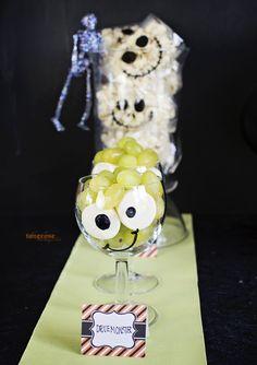 { Enkle druemonstre til Halloween } - ToneroseDesign Halloween Sweets, Marshmallows, Snacks, Table, Marshmallow, Appetizers, Tables, Desk, Tabletop