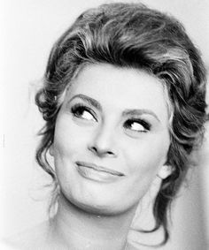 Sophia Loren by Alfred Eisenstaedt Old Hollywood Stars, Classic Hollywood, Classic Actresses, Hollywood Actresses, Sophia Loren Images, Italian Beauty, Italian Women, Italian Actress, Faye Dunaway