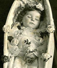 Post Mortem | von FinnCamera ~~~~~~~~~~~~~~~~~~~~~~ allein beim Gedanken daran, es könnte eines meiner Kinder sein, steigen mir die Tränen in die Augen... und so liebevoll wie der kleine Engel gebettet wurde, kann man den Schmerz der Eltern fast fühlen... Ich bin so froh in der heutigen Zeit leben zu dürfen und meine Kinder gesund und mit einer guten Perspektive für ihre Zukunft,geboren sind. dafür bin ich sehr dankbar...