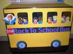 'Op weg naar een nieuw schooljaar'. Op het gele prikbord een grote schoolbus maken. In de raampjes komen of pasfoto's van de leerlingen of tekenen de leerlingen zichzelf. Voor en achter de bus komt een weg. Op de weg achter de bus is een bord die wijst naar rechts met daarop groep 6. Op de weg die de bus nog moet rijden, komt een bord met daarop groep 7.