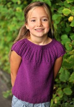 Strikket pigetop med rundt bærestykke Knitted pigetop with raglan sleeves Easy Baby Knitting Patterns, Knitting For Kids, Knitting For Beginners, Knit Patterns, Crochet Baby, Knit Crochet, Baby Sweaters, Pulls, Couture