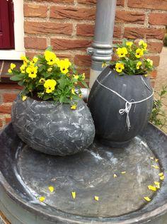 Twee piepschuim eieren, extra gat erin voor plant. Emmertje erin als planten bakje. Textiel met textiel verharder er omheen.