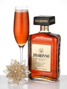 Disaronno Stardust: Simply pour of Disaronno, 25 ml of Vodka and of Strawberry liqueur into a champagne glass and top with Prosecco or champagne if you're feeling flush. The Complete Guide to Cocktails Cocktails Disaronno Drinks, Prosecco Cocktails, Festive Cocktails, Christmas Cocktails, Cocktail Drinks, Alcoholic Drinks, Beverages, Moonshine Cocktails, Cocktail List