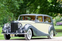Possibly the most stunning restored @rollsroycecars I've seen - 1957 Rolls Royce Silver Wraith - at the Salon Privé