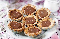Choklad- & kokostarte med flingsalt på toppen Fika, A Food, Cheesecake, Muffin, Pasta, Cookies, Breakfast, Desserts, Crack Crackers