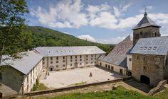 Vista del albergue de peregrinos y la Real Colegiata de Roncesvalles #Navarra #CaminoSantiago