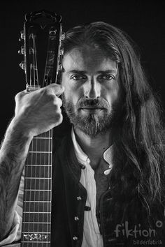 Estas Tonne; A beautifull modern day Troubadour. The man is incredibly tallented