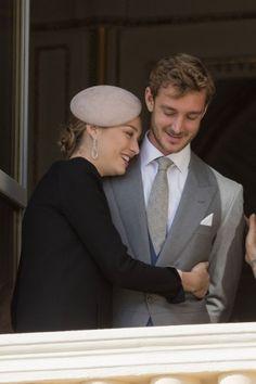 Pierre e Beatrice Casiraghi al balcone del palazzo di Monaco