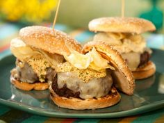 Bobbys Louisiana Burger : Leave it to crunch master Bobby to crunchify his bayou-inspired burger topped with tasso ham a smear of mustardy mayo and a handful of potato chips. Food Network Star, Food Network Recipes, Cooking Recipes, Beef Recipes, Hamburger Recipes, Cajun Recipes, Meatloaf Recipes, Grilling Recipes, Recipes
