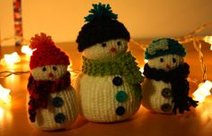Pour décorer ou pour accrocher dans le sapin, confectionnez un petit bonhomme de neige (ou toute une famille !) en tricot, en n'oubliant pas de les habiller de bonnets et ...