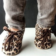 Aren't these the cutest Baby Shoes : Leopard Print Crib Shoes Fashion Kids, Baby Girl Fashion, Toddler Fashion, Baby Girl Shoes, Girls Shoes, Baby Girl Stuff, Crib Shoes, Baby Kind, Baby Outfits