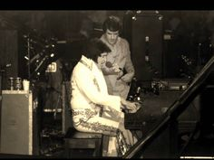Elvis - at the piano in concert Elvis Presley Last Concert, Elvis Presley 1977, Elvis Presley Videos, Rock And Roll, Elvis Sings, Eyebrow Game, Lisa Marie Presley, Memphis Tennessee, Moody Blues