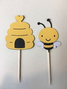 Bees and Bee hive cupcake toppers. Set of 24 Baby shower, birthday party. Baby Reveal Cupcakes, Bee Cupcakes, Party Cupcakes, Fondant Cupcakes, Bee Crafts, Preschool Crafts, Moldes Para Baby Shower, Bee Party, Party Party