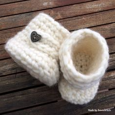 baby-Uggs newborn , 3, 6, and 12 months crochet pattern on a blog in 2 languages