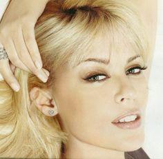Kylie Minouge, Famous Musicals, Pop Singers, Female Singers, Celebs, Celebrities, Pretty Face, Stud Earrings, Actresses