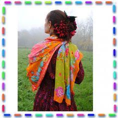 Un magnifique foulard doux et léger, assez grand pour envelopper douillettement lesfrileuses ! Aplier sur la diagonale pour un côté rose/orange ou un côté vert/bleu selon votre tenue. Idéal pour réveiller l'hiver ou se draper de douceur lors des soirées d'été. Taille : 140 x 140 cm. Fabriqué dans des ateliers français. Création Odile Bailloeul.
