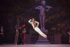 Una espectacular imagen de 'Rosalinda', con el Ballet de Santiago.  Foto de Patricio Melo